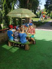 Śniadanie w ogrodzie przedszkolnym